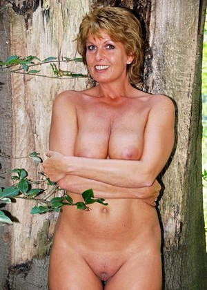 Naked mature mom shows her great body